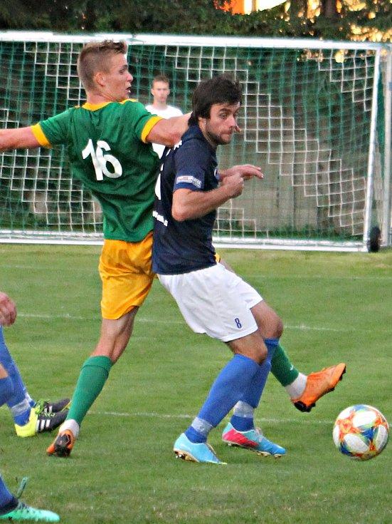Fotbalista Olympie Ráječko (v zeleném) Jan Ovčačík.