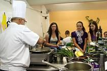 Kuchařská show přímo v jídelně gymnázia. Jednalo se o jednu z výher za to, že tříčlenný tým studentů gymnázia zvítězil v celostátní vědomostní soutěži o zdravém životním stylu.