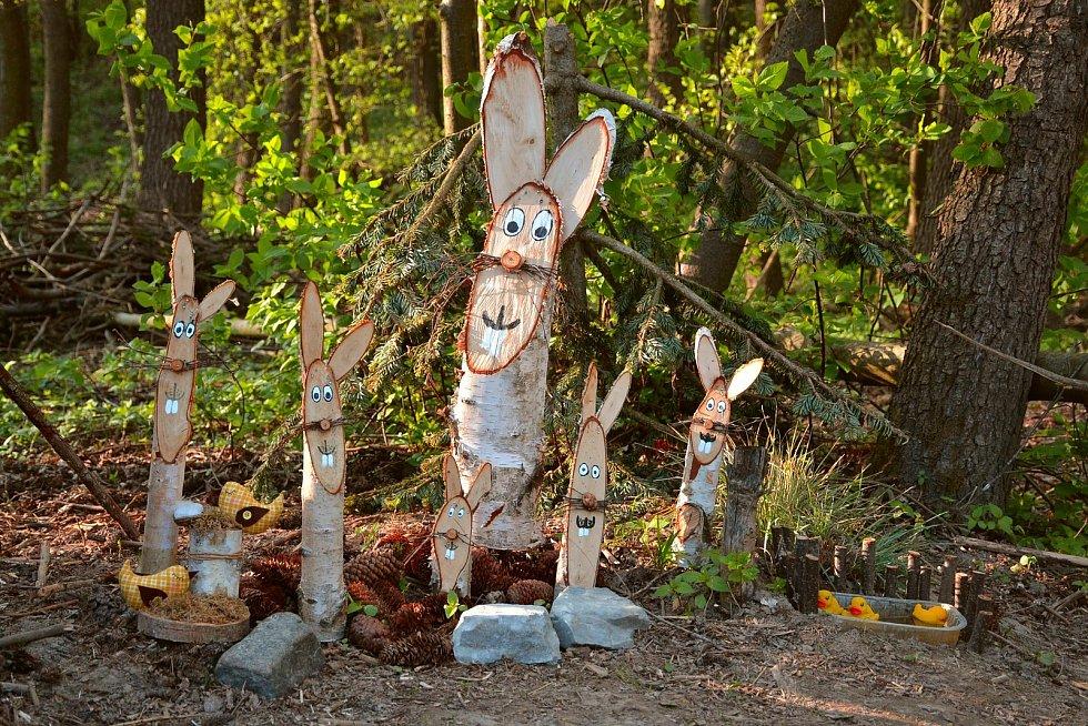 Dřevění zajíčci hlídající potok za Ostrovem.