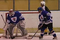 Hokejisté Adamova (v modrém) podlehli v neděli v Okresním přeboru Březině 3:7.