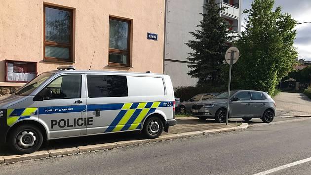 Tragédie v Blansku: muž zemřel po pádu ze čtvrtého patra. Okolnosti řeší policie