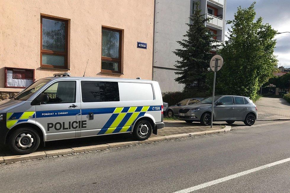 V blanenské Bezručově ulici zemřel muž středního věku. Podle policistů po pádu ze čtvrtého patra panelového domu.