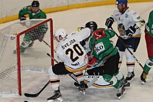 Ve druhém kole krajské ligy hokejisté Sokola Březina (bílé dresy) porazili Štiku Rosice 5:3. Hrálo se na zimním stadionu ve Vyškově.