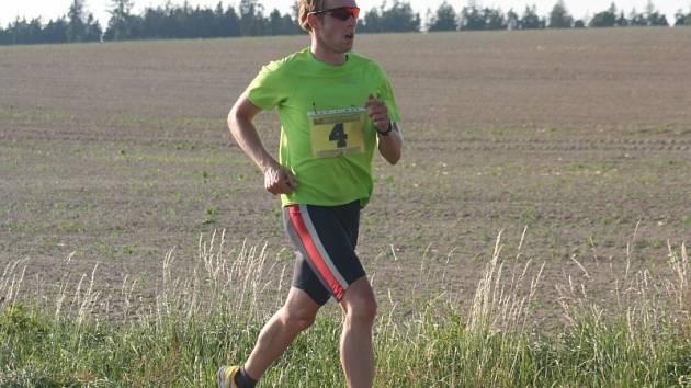 Prudký kopec z Ráječka do Petrovic svědčil nejlépe Janu Křenkovi. Mezi ženami byla nejrychlejší Zdeňka Komárková z Olešnice. Běžce čekají příští dvě středy poslední dva závody seriálu.