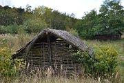 Keltský skanzen Isarno už léta chátrá. V opuštěném areálu možná vznikne multifunkční hřiště.