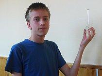 Tomáš Brablec minulý týden vyhrál celostátní kolo soutěže Mladý chemik.