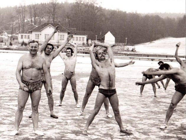 Prvnímu vystoupení otužilců z Lokomotivy Brno, z Blanska a okolí přihlížely v listopadu 1975 necelé tři stovky lidí. Zimní plavání se na Palavě opakovalo také v dalších letech. Přijel dokonce i přemožitel kanálu La Manche František Venclovský.