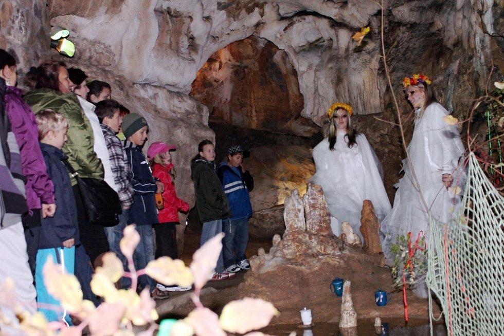 V jeskyni Balcarka u Ostrova u Macochy se v sobotu konaly oživené prohlídky se strašidly, pohádkovými bytostmi a filmovými postavami.