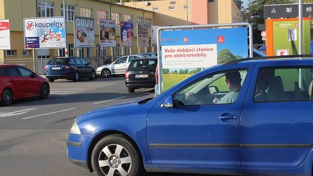 Řidičům brání cedule ve výhledu. Kaufland ji zvedne.