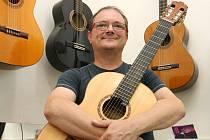 Kytarista a učitel na Základní umělecké škole Blansko Miloš Pernica.
