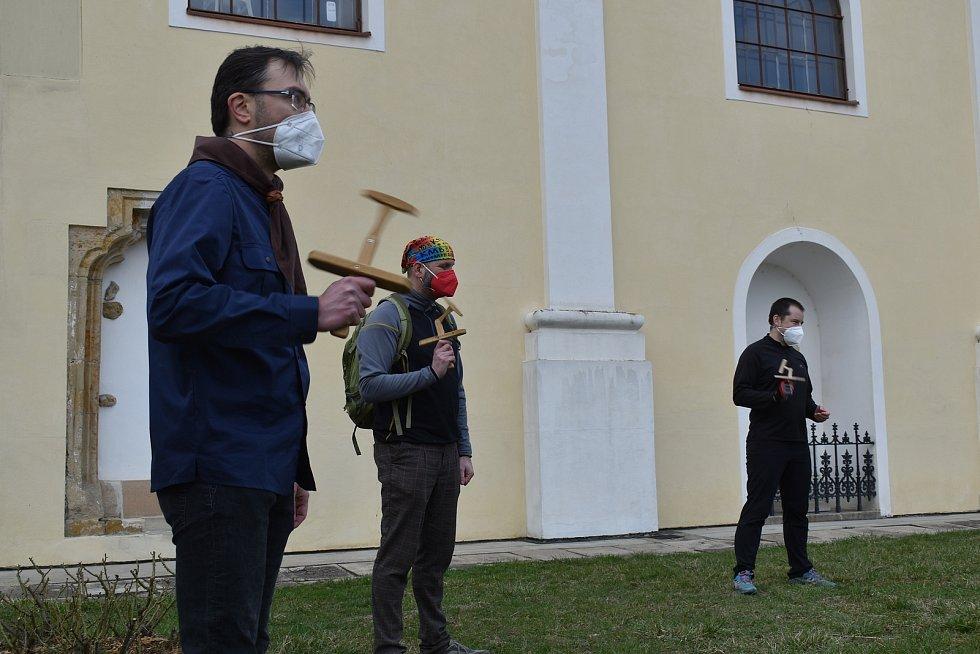 Prostranství před kostelem svatého Martina v Blansku rozeznělo v pátek v pět hodin odpoledne klapání. Blanenští skauti v kruhu s dřevěnými nástroji připomenuli dávnou velikonoční tradici.