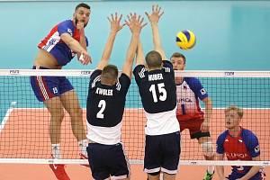 Volejbalista Matěj Šmídl (vlevo) v reprezentačním dresu.