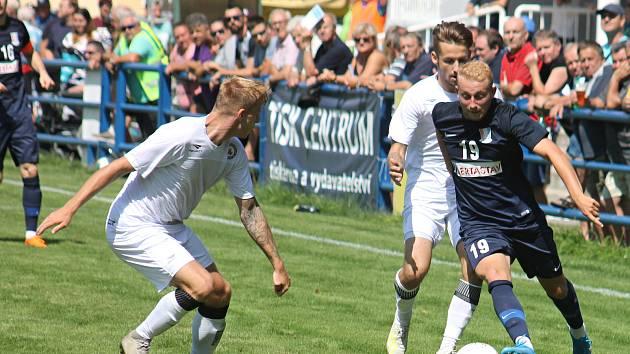 V úvodním kole nového ročníku MSFL porazil nováček FK Blansko (modré dresy) v regionálním derby tým MFK Vyškov 3:1.