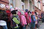 I v Jedovnicích září od sobotního večera vánoční strom. Lidé jej rozsvítili poté, co jim na náměstí zazpívaly děti ze základní umělecké školy koledy.