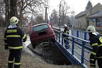 Auto vyprostili z potoka hasiči.