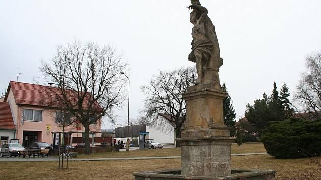 Socha sv. Šebestiána v Doubravici nad Svitavou z roku 1713 je ve špatném stavu.
