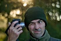 Na svůj digitální fotoaparát šroubuje Petr Šedý přes speciální nástavce historické objektivy. Desítky let staré.