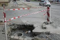 Blanenská ulice Svitavská je rozkopaná. Kvůli opravě vodovodu, po které nastoupí dělníci na opravu průtahu.