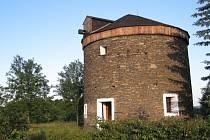 Větrný mlýn, který měl původně šest perutí, vyrostl u Kořence v roce 1866. Postavil ho za svým gruntem tehdejší starosta obce Jakub Veselý. O století později jej zchátralý koupila rodina Doubkova, která ho opravila a dodnes využívá k rekreaci.