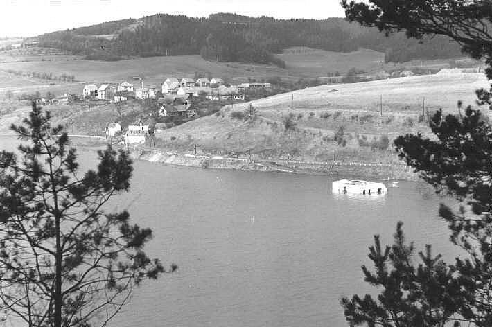 Lazinovský mlýn už pod vodou.
