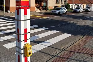 Semafor pro přechod chodců přes frekventovanou silnici I/43 v Lipůvce.