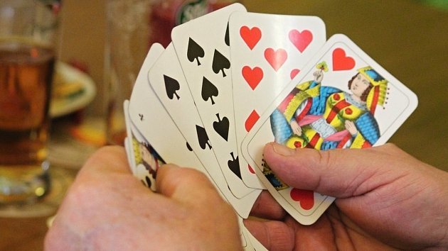 Vítěz Okrouhleckého esa bere půlku prasete. Poslední karty, aby se naučil hrát