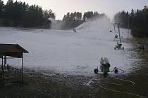 Ve skiareálu v Olešnici na Blanensku už jedou sněžná děla od úterního rána.