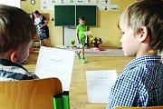 V 1. C v adamovské Základní škole Ronovská rozdávala v pátek dopoledne vysvědčení paní učitelka Věra Rutová. Ve třídě bylo dvaadvacet prvňáčků.