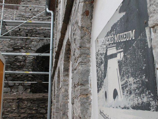 Začala oprava zdí vápenných pecí v areálu Staré huti u Adamova.