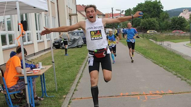 Běžci v cíli Blanenské etapy Moravského ultramaratonu v Lomnici u Tišnova.