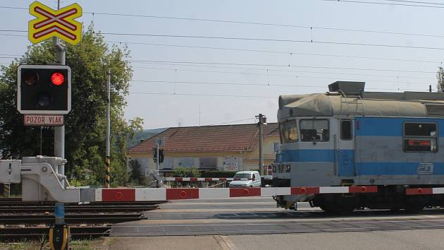 Železniční přejezd v Rájci-Jestřebí. Předpisy zde porušují kromě řidičů také chodci a cyklisté.