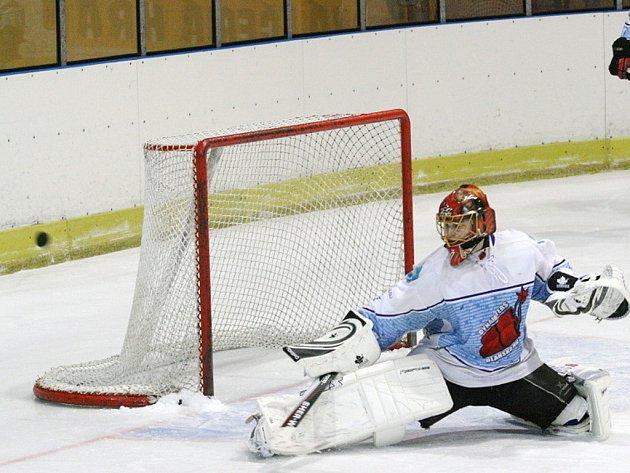 Hokejisté Dynamiters Blansko (v bílém) postoupili v krajské lize přes Velkou Bíteš.