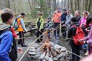 Stovky dobrovolníků v sobotu uklízely Moravský kras. Už popětadvacáté. Za odměnu si u Skalního mlýna opékali špekáčky a mohli si prohlédnout jeskyně.