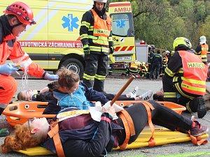 Dva mrtví, pět těžce zraněných. Nehoda autobusu uzavřela křižovatku U kaštanu