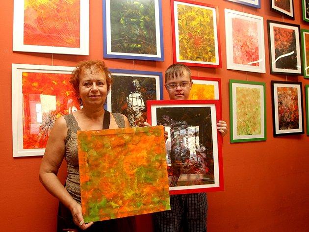 Obrazy, které namalovaly děti s Downovým syndromem, zdobí zdi brněnské kavárny Café Práh. Malí umělci používali při tvorbě speciální techniku.