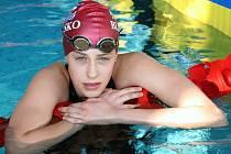 Patnáctiletá dívka se věnuje plavání od první třídy.