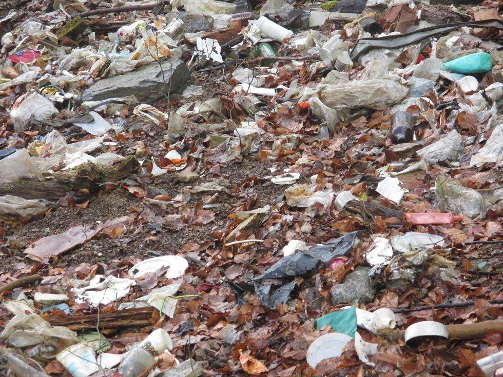 Neupravenou skládku u hřbitova zařadili Adamovští mezi největší problémy ve městě. Úředníci připravují projekt na její zabezpečení.