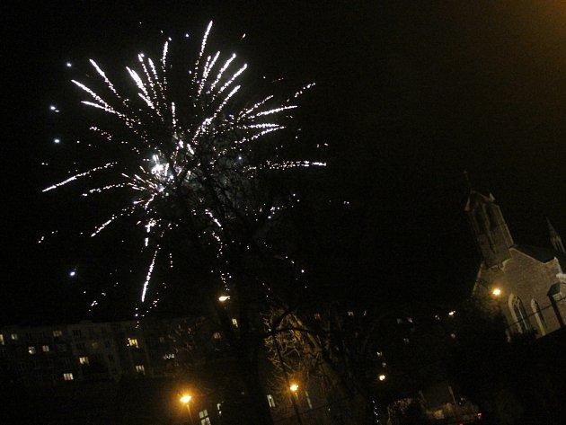 Adamovští rozsvítili vánoční strom. Večerní oblohu ozářil i ohňostroj.