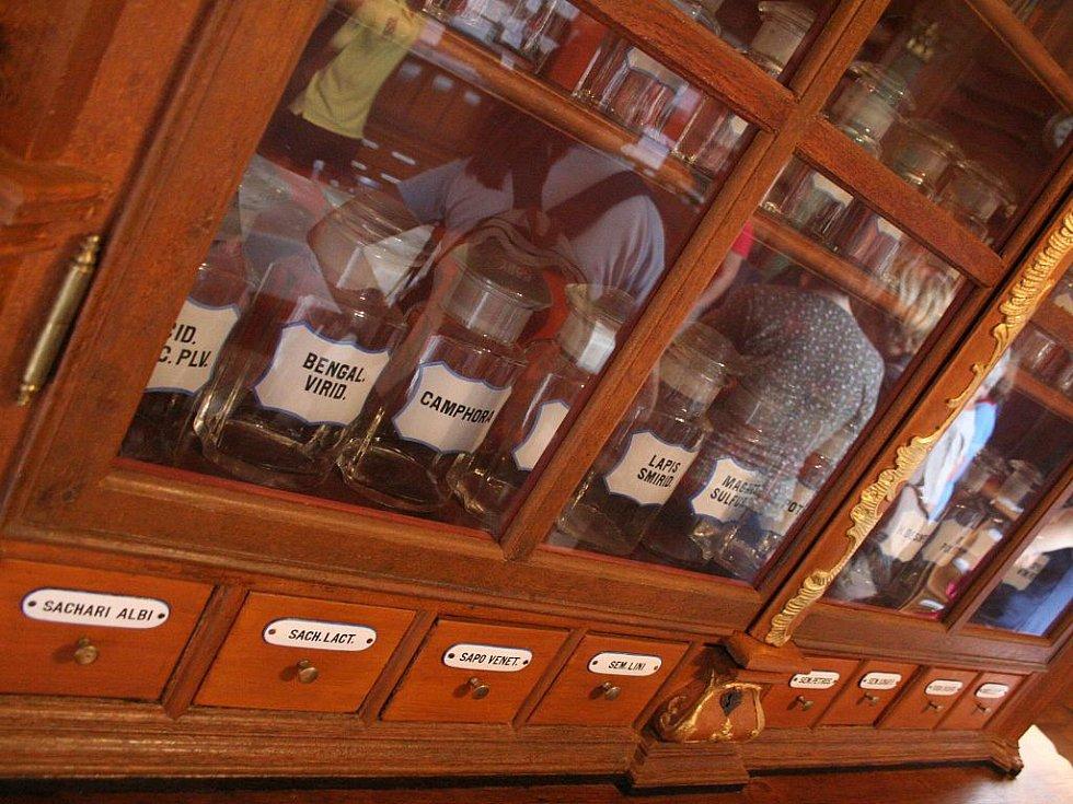Turisté si ve čtvrtek prohlédli opravenou barokní lékárnu v Letovicích.