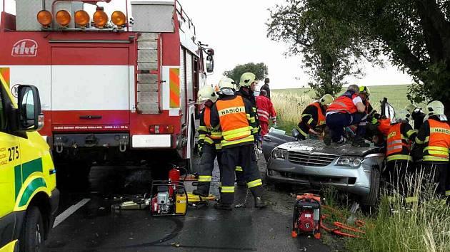 Nehoda u Lysic. Chrysler Crossfire narazil do stromu, hasiči z něj museli vyprostit dva zaklíněné lidi. Na místo přiletěl i vrtulník.