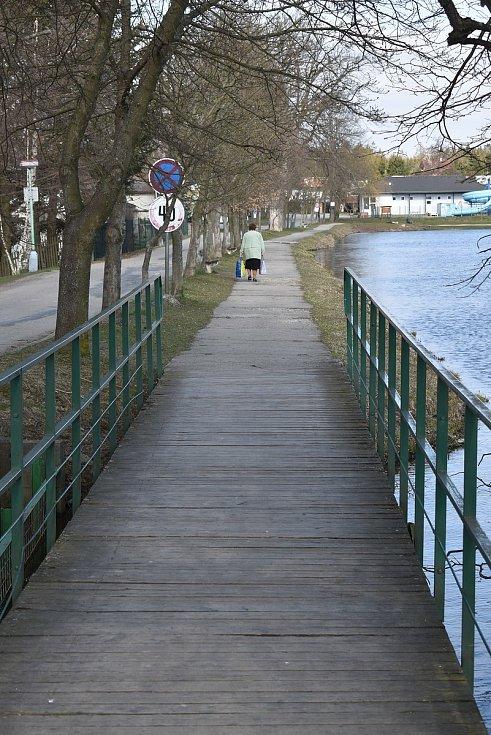 Obec Suchý na Blanensku nemá o turisty nouzi a v létě bývá nabitá. Rekreanty, rybáři i chataři. Zázemí kempu ze sedmdesátých let minulého století, však není ideální. Obec se ho snaží postupně vylepšovat.