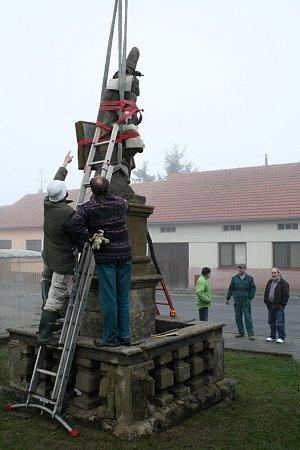 Příprava sochy sv. Šebestiána krestaurování.