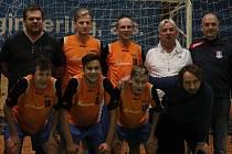 Trenér Michal Kugler (vpravo dole) s fotbalisty FK Blansko při Memoriálu Dana Němce. V pátek jim začala letní příprava, za týden je čeká pohárový zápas s Líšní.
