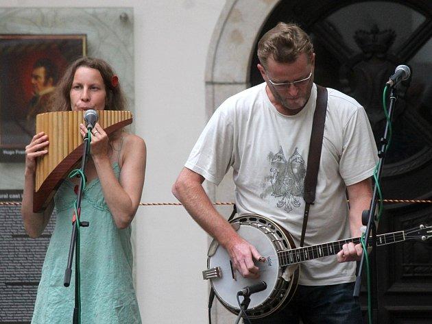 Na letním festivalu Muzika pro Karolínku vystoupila na nádvoří blanenského zámku skupina Lístek.