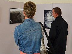 V sále Kulturního domu v Letovicích si příchozí v těchto dnech prohlédnout obrazy a fotografie. Vystavuje tam deset umělců z Letovic a blízkého okolí. Podzimní výstava bude otevřená až do devátého října.