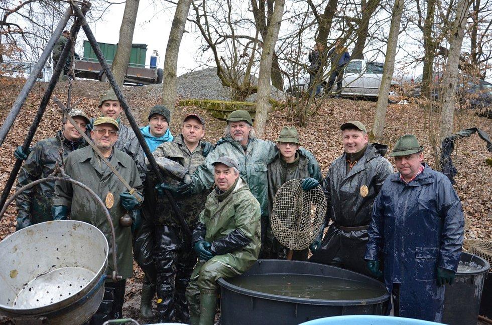 Rybáři v sobotu v Jedovnicích přemísťovali ryby. Z Budkovanu do Olšovce.