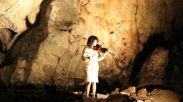Koncert Ivy Bittové v Kateřinské jeskyni byl součástí festivalu Cave beat 2012.