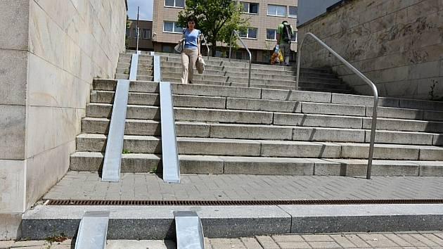 Novinka v centru Blanska. Na schodištích jsou nájezdy pro kočárky.
