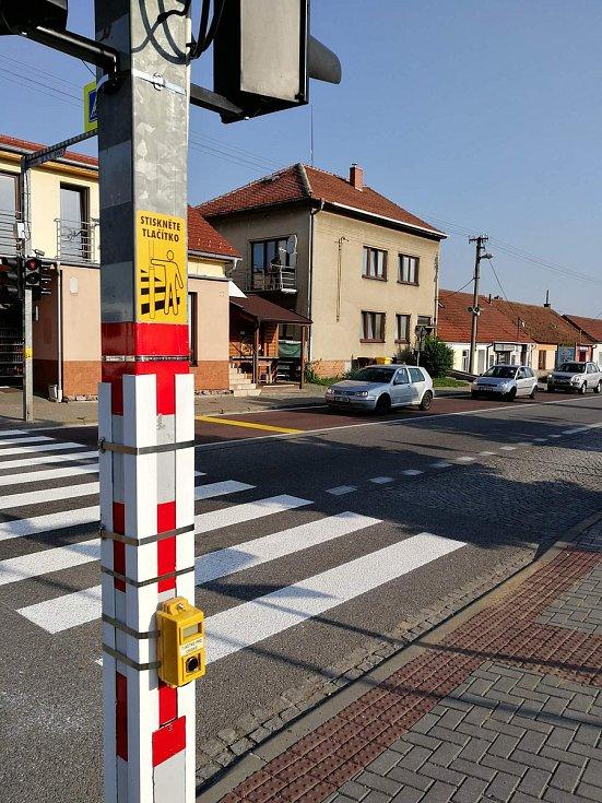 Větší bezpečí pro chodce? V Lipůvce testují na silnici I/43 semafory.