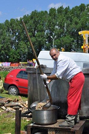 Vaření polévky ve velkém.